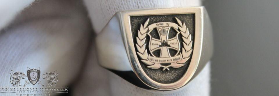 Abschluss-Ring in Wappenform